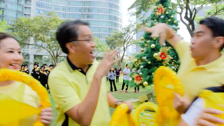 Ramon Bautista fistbumps Mar Roxas. Screengrab: YouTube.